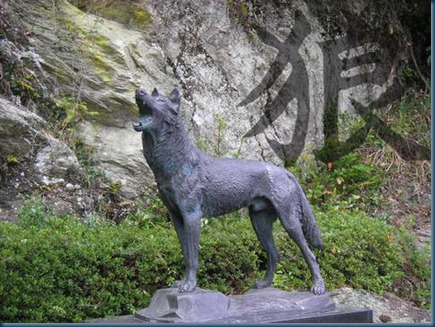 honshu-wolf_statue2and Japanese Wolf Symbol